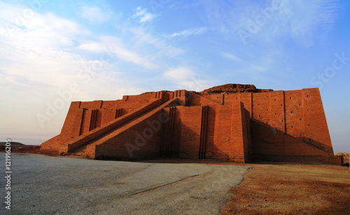 In de dag Monument Restored ziggurat in ancient Ur, sumerian temple, Iraq