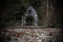 Eine Einsame Grabkapelle In Der Düsterheit Des Waldes