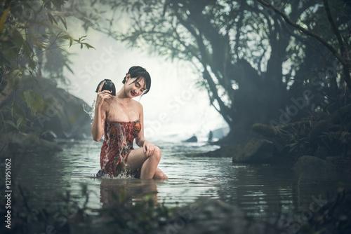 azjatycka-seksowna-kobiety-kapanie-w-zatoczce-tajlandia
