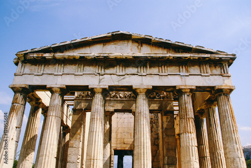 Photo  Facade of the Temple of Hephaestus, a well-preserved Greek Doric temple in the site of the Agora of Athens, Greece