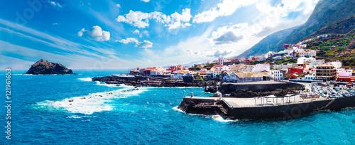 Pueblo costero Garachico,Isla de Tenerife.Islas Canarias.España.Paisaje de pueblo y playa.Paisaje pintoresco marino.Mar y montañas.Arquitectura tipica.