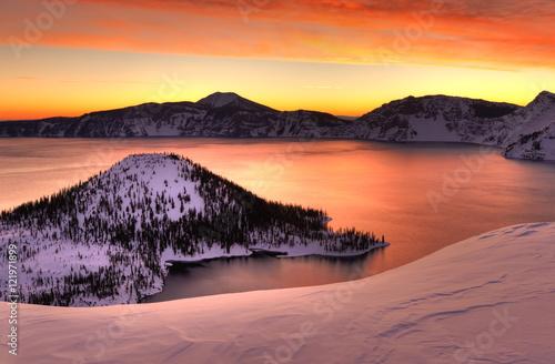 Tuinposter Ochtendgloren Winter sunrise Crater Lake National Park, Oregon
