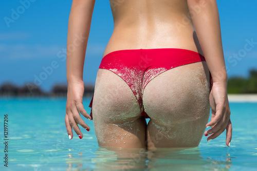 Zdjęcie XXL Seksowni piaskowaci kobieta pośladki na plażowym tle