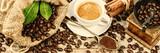 Kubek gorącej czarnej kawy ze starym drewnianym młynkiem