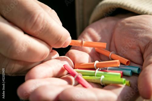 Fotografía  Nahaufnahme, Hand mit vielen bunten Losen, Tombola oder Lotterie