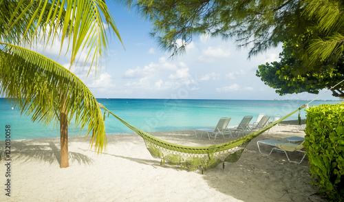 Foto op Plexiglas Caraïben Hammock on Seven Mile Beach on Grand Cayman, Cayman Islands