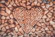 Holzstapel mit Herz aus Holz
