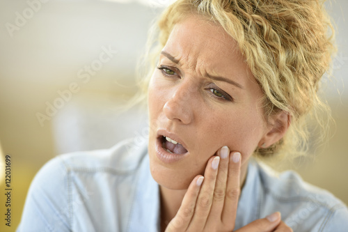 Fotografia  Middle-aged woman suffering toothache