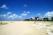 沖縄の鮮やかな青空を白砂ビーチ