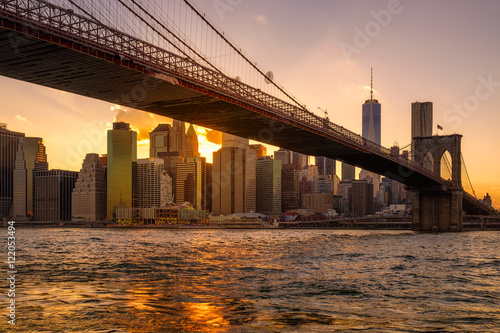Foto op Aluminium Praag Sunset in New York with a view of the Brooklyn Bridge and Lower Manhattan