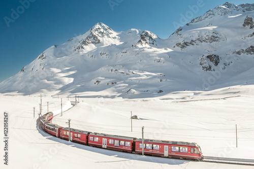 Zdjęcie XXL Czerwony pociąg w Szwajcarii