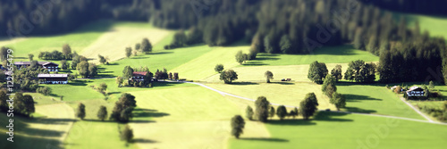 Photo sur Toile Jaune de seuffre Panorama einer Landschaft mit Tilt Shift Effekt
