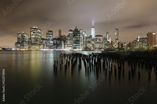 miasto-oswietlone-w-nocy