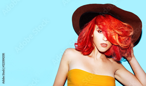 Photo  Stylish model with trendy hairstyle and hat. Bright autumn