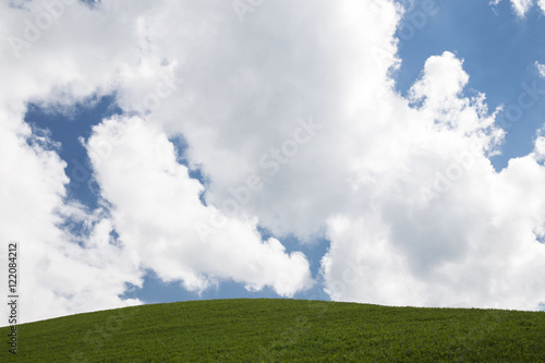 Panorama Di Campagna Con Una Collina Verde Ed Un Cielo Blu Nuvoloso