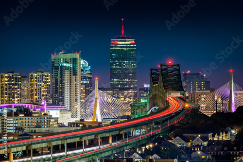 Poster Lieux connus d Amérique Rush hour traffic on Tobin bridge (aka Mystic River bride) heading towards Zakim bridge and Boston skyline by night