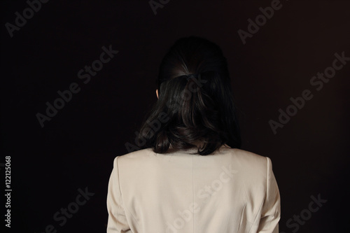 悩む女性・黒バック Plakát