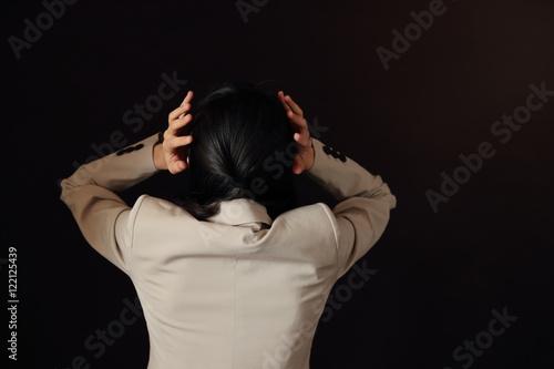 Photo  悩む女性・黒バック