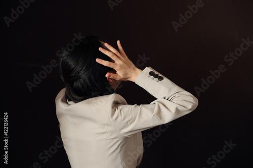 Photographie  悩む女性・黒バック