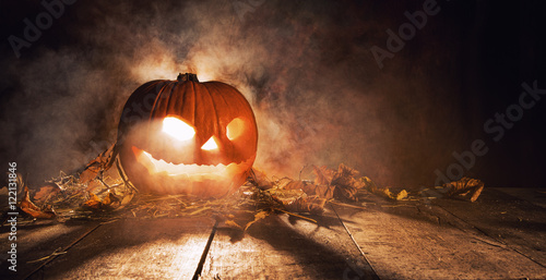 Foto Scary halloween pumpkin on wooden planks