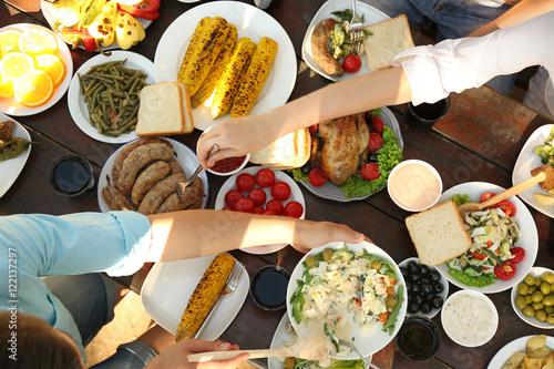 Stickers pour porte Pique-nique Friends eating on picnic