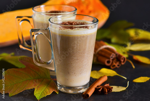 Foto op Plexiglas Chocolade Warm, spicy drink - latte with cinnamon and pumpkin