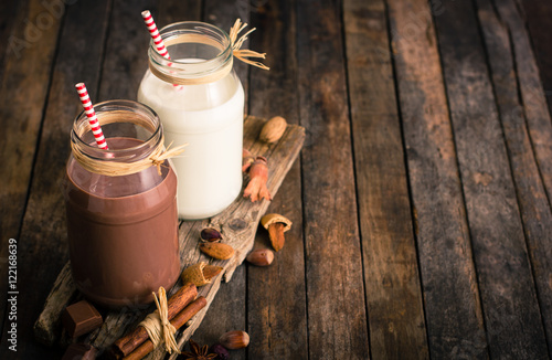 Stickers pour portes Lait, Milk-shake Chocolate and vanilla milkshake in the glass jar