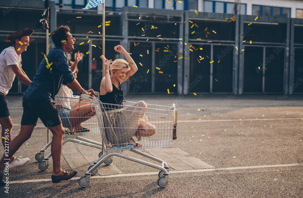 Fototapety, obrazy: Friends racing with shopping cart