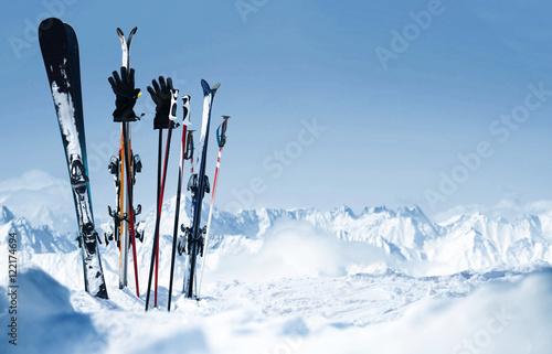Fotobehang Wintersporten Skier stecken im Schnee