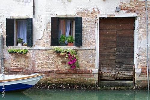 Venedig romantisches Haus am Kanal mit Wasserspuren  © heidibaier