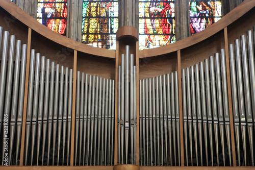 Valokuva  L'orgue principal en nid d'hirondelle au fond du transept Sud et le vitrail du croisillon Sud