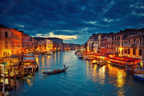 La pose en embrasure Venise View on Grand Canal from Rialto bridge at dusk, Venice, Italy