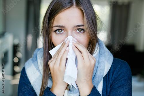Fotografia  Frau putzt sich ihre Nase