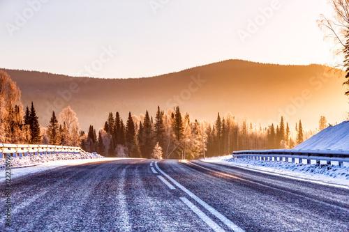 droga-w-gorach-zima-w-tle