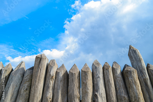 Photo  wooden palisade on the background of blue sky