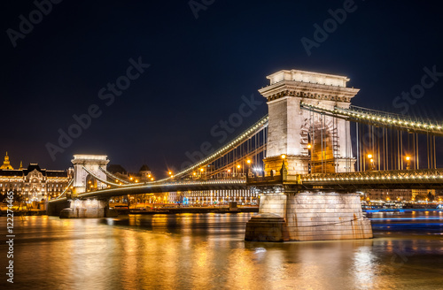 Fotografia  Night view of the Szechenyi Chain Bridge is a suspension bridge that spans the River Danube between Buda and Pest, Hungary