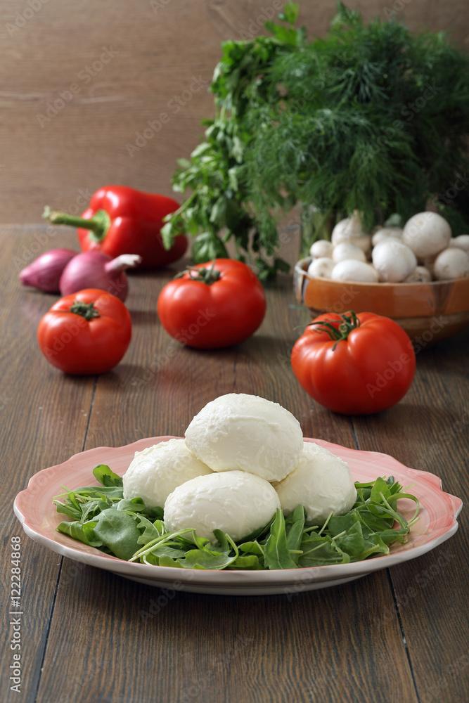 mozzarella formaggio fresco con pomodori e verdure sfondo tavolo di ...