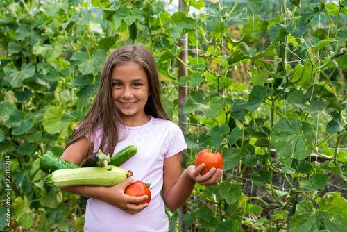 Zdjęcie XXL Mała dziewczynka w jarzynowym ogródzie