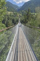 Fototapeta Mosty Fussgänger-Hängebrücke bei Fürgangen-Mühlebach, Goms, Wallis, Schweiz