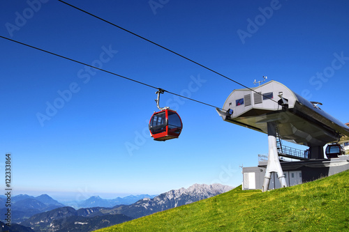 Spoed Foto op Canvas Gondolas Seilbahn mit Gondel auf Berggipfel