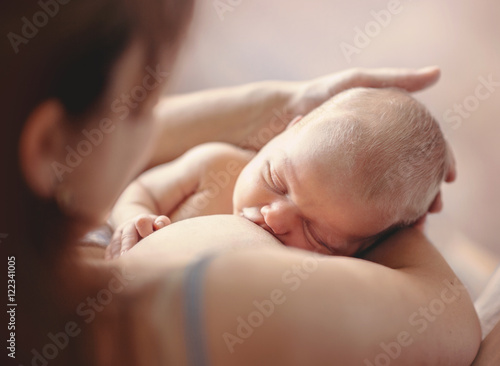 Fotografía Mother breastfeeding her newborn child. Mom nursing baby.