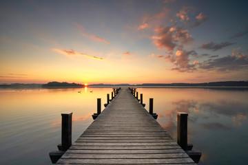 warmes Herbstlicht am See, morgens am Steg