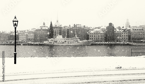 Foto  Stockholm city on a snowy winter day. Black and white image.