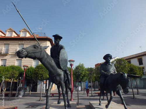 Estatua de Don Quijote y Sancho Panza en alcazar de san juan