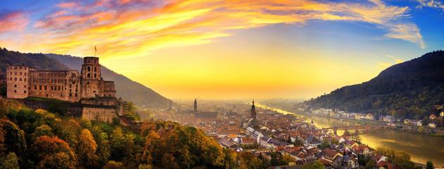 Heidelberg krótko po zachodzie słońca, panorama w ciepłych kolorach
