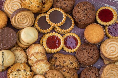 Photo sur Toile Biscuit divers variétés de biscuits ronds étalés sur une table