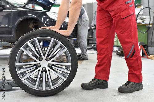 Zdjęcie XXL Wymiana opon w samochodzie w warsztacie // zmiana opon w samochodzie w garażu