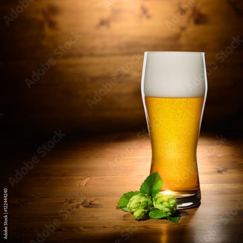 Foto  Glass of beer and hop