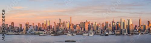 La pose en embrasure New York New York City Manhattan midtown skyline at dusk