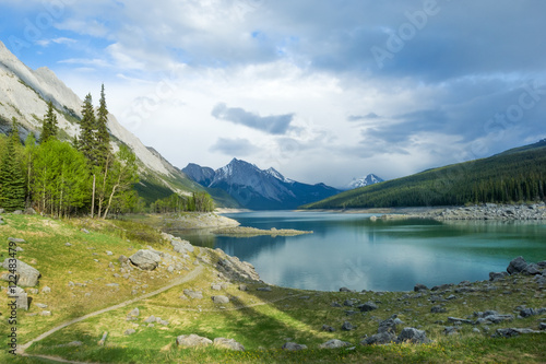Spoed Foto op Canvas Canada Medicine Lake in Jasper National park, Canada